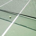 Pelota de tenis en cancha de tenis - foto de stock