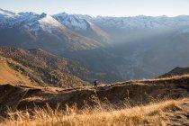 Femme de randonnée dans les Alpes — Photo de stock