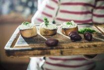 Bruschetta con formaggio e basilico — Foto stock