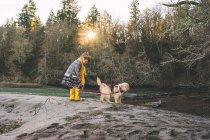 Mädchen, die Retriever Welpe für Spaziergang — Stockfoto