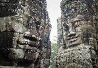 Teste di pietra giganti al Tempio di Bayon — Foto stock