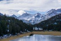 Озеро в восточной части Сьерра-Невада — стоковое фото