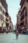 Calle llena de turistas - foto de stock