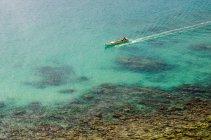 Риболовецьке судно в море — стокове фото