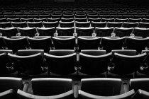 Filas de asientos vacíos - foto de stock
