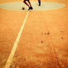Garçons jouant au football — Photo de stock