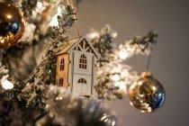 Різдвяних прикрас на дереві — стокове фото
