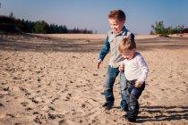 Два хлопчики грають на пляжі — стокове фото