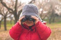 Мальчик смотрит в бинокль — стоковое фото