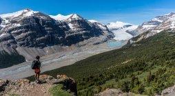 Randonneur regardant la vue depuis la montagne — Photo de stock