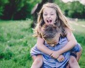 Siblings enjoying themselves — Stock Photo