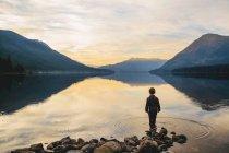 Boy standing on shore — Stock Photo