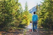 Батько і дочка, прогулянки в ліс — стокове фото