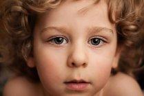Мальчик с вьющимися волосами — стоковое фото