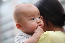 Mutter hält Baby — Stockfoto