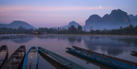 Barche in fiume al crepuscolo — Foto stock