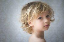 Мальчик смотрит в камеру — стоковое фото