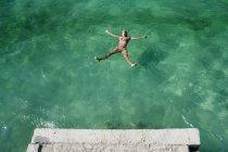 Mujer relajada y disfrutada nadando en el mar - foto de stock