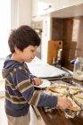 Мальчик готовит еду — стоковое фото