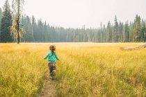 Девушка бежит по трассе — стоковое фото
