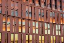 Здание с отраженным в окнах закатом — стоковое фото
