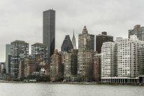 Vista ad angolo basso di Manhattan Skyline — Foto stock