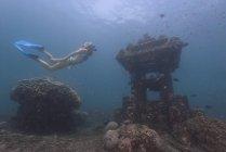 Donna snorkeling subacquea da tempio sommerso — Foto stock