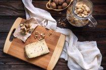 Fromage aux croûtons et noix sur table — Photo de stock