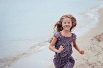 Ragazza che corre sulla spiaggia — Foto stock