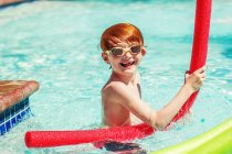 Young boy playing in swimming pool — Stock Photo