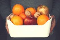 Uomo della holding della ciotola di frutta — Foto stock