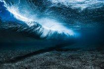 Подводные волны взлома — стоковое фото