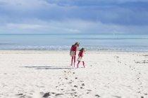 Ragazze che camminano sulla spiaggia — Foto stock