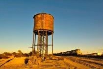 Tanque de água ao longo da linha férrea — Fotografia de Stock