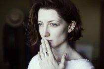 Ritratto di donna che si tocca le labbra — Foto stock