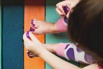 Девушка грязно рисует пальцы ног — стоковое фото