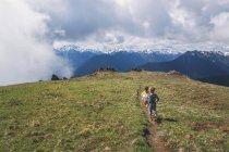 Старшого віку по шляху на горі — стокове фото