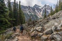 Due persone escursionismo — Foto stock