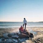 Niños en las rocas por el mar - foto de stock