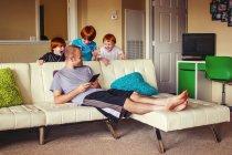 Jungen versuchen, ihren Vater zu überraschen — Stockfoto