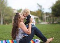 Мать и сын целуются — стоковое фото