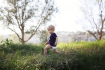 Маленький мальчик бежит — стоковое фото