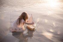 Девочка играет с лодки — стоковое фото