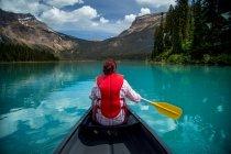 Frau in Emerald Lake Kanu — Stockfoto