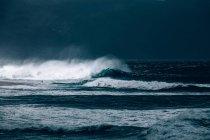 Welle rollt auf Strand zu — Stockfoto