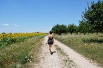 Junge Frau zu Fuß auf dem Weg — Stockfoto