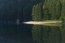Lago em Dolomitas durante o dia — Fotografia de Stock