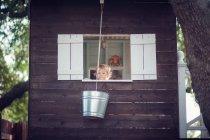 Menino na casa da árvore — Fotografia de Stock