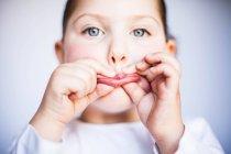 Ragazza tenendo le labbra — Foto stock