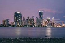 Skyline della città al tramonto — Foto stock